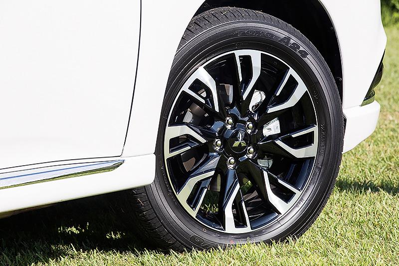 18インチアルミホイールはアウトランダーPHEV専用の2トーン切削光輝タイプ。タイヤサイズは225/55 R18。新型ではフロントキャリパーを従来のシングルピストン仕様から欧州仕様で採用されている2ピストン仕様に変更し、ブレーキ力などが高められている