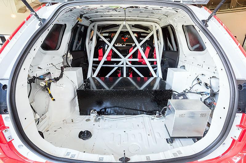 こちらは新型アウトランダーPHEVをベースにしたクロスカントリーラリー出場モデルのレプリカ。10月22日~24日ポルトガル東部のポルタレグレ県で開催される「バハ・ポルタレグレ500」に出場する。ベース車両からPHEVシステムの高出力化や、ツインモーター4WDの専用セッティングなどを実施。ロールケージなど安全装備も追加されている