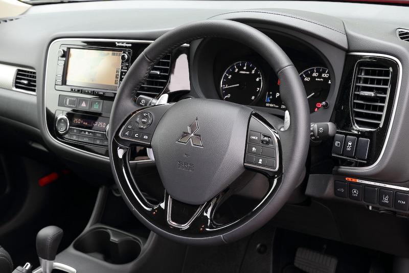 PHEVとともに、ガソリン車でも改良を実施。ポイントはエンジン制御とCVT制御の協調制御を最適化したところにある。CVTはエンジン回転と車速をリニアに連動させたことが特徴的で、グッとアクセルを踏み込んでもエンジン回転が簡単に跳ね上がることはなく、トルクで車速を重ねて行く仕上がりをしている。結果、燃費は直列4気筒SOHC 2.0リッター搭載車で0.8km/Lアップの16.0km/Lを達成。直列4気筒SOHC 2.4リッター搭載車では0.2km/Lアップの14.6km/Lを実現している(ともにJC08モード燃費)