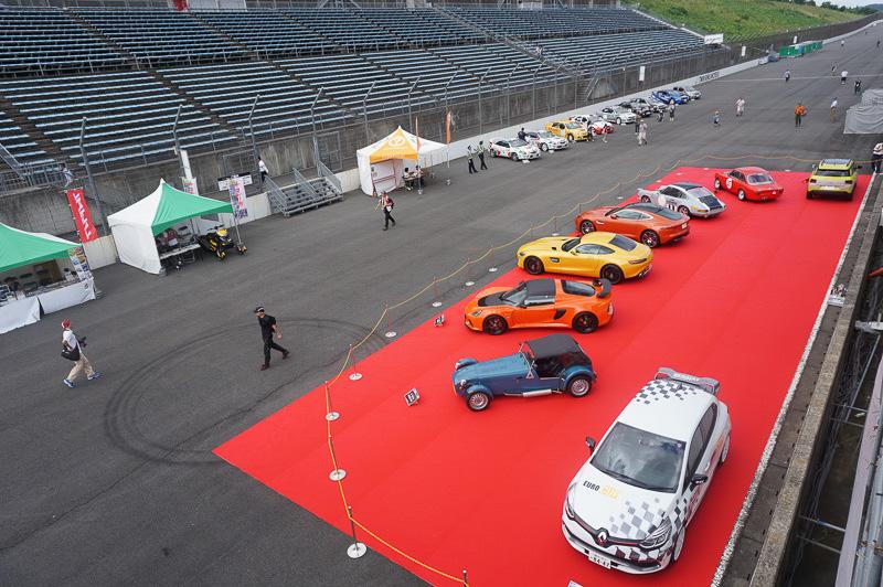 オーバルコース上では世界の名車展などのイベントも行われている
