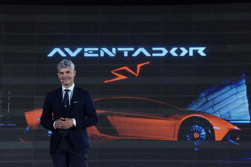 ランボルギーニ・ジャパン代表のエジナルド・ベルトリ氏がアヴェンタドール LP 750-4 スーパーヴェローチェに乗って登場