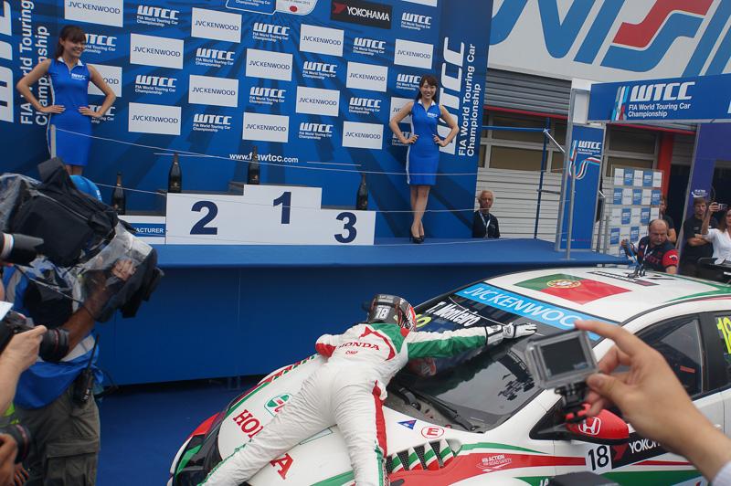 優勝後、ウイナーズサークルに戻ってきたホンダ・シビックWTCCとティアゴ・モンテイロ選手。最後はスタッフの輪の中に飛び込んでいった