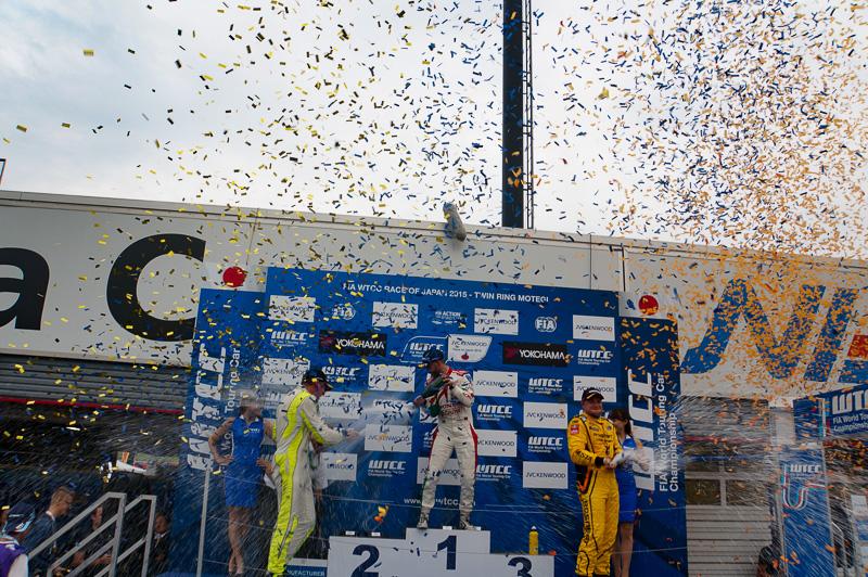 レース2の表彰台では歓喜のシャンパンファイト