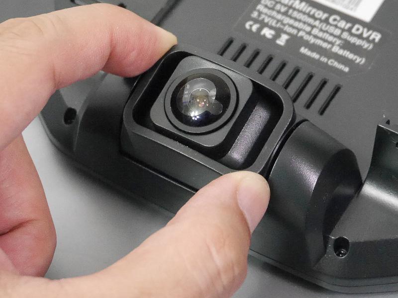 カメラは3メガピクセルで、視野角は約170度。左右にスイングして位置を微調整できる
