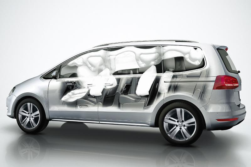 運転席側にニーエアバッグなどを備える「9エアバッグ」は全車で標準装備する