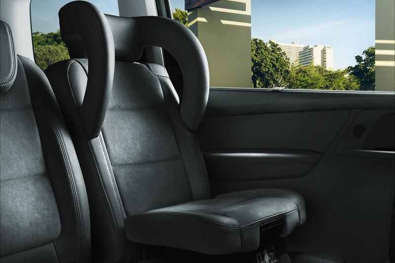 6万4800円高のオプションとなる「インテグレーテッドチャイルドシート」は、ヘッドレストを専用品と入れ替えるだけで手軽にチャイルドシートとして利用できる