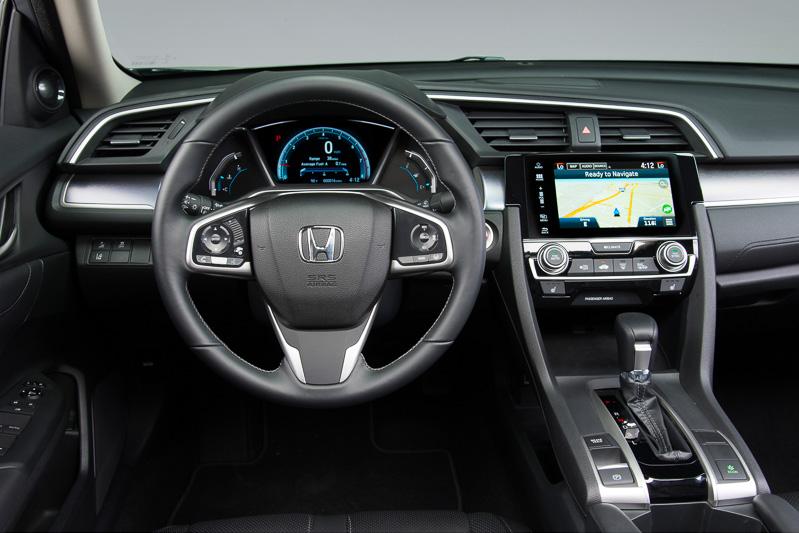 メーターは大型のタコメーターとデジタル表示のスピードメーターを組み合わせるコンビネーションタイプ
