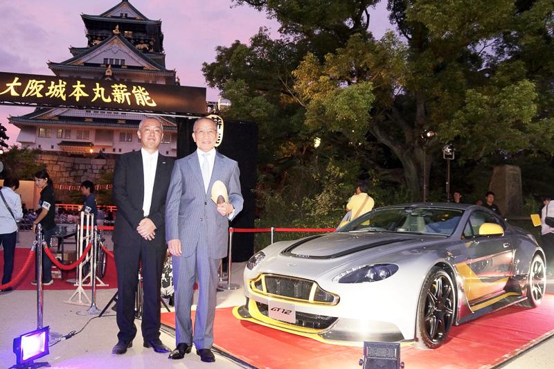 大阪城をバックにアストンマーティン「ヴァンテージ GT12 スペシャルエディション」を披露