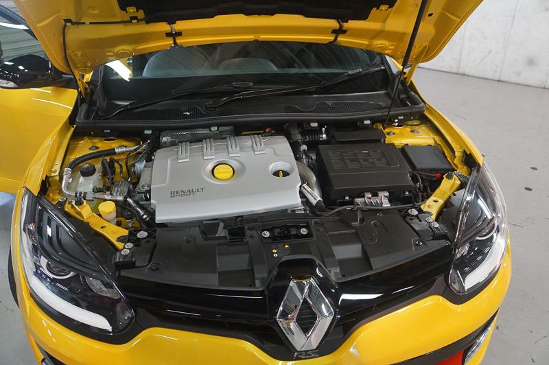 エンジン部分、直列4気筒DOHC 2.0リッターターボ