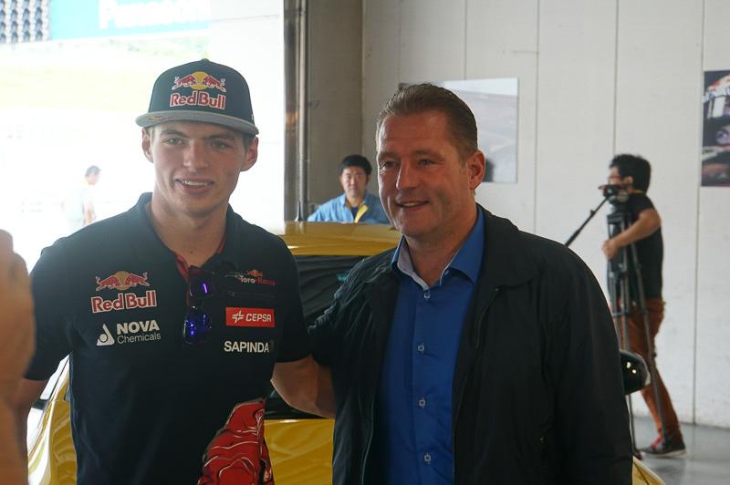 現役F1ドライバー マックス・フェルスタッペン選手と、父親で元F1ドライバーヨス・フェルスタッペン氏(右)のツーショット
