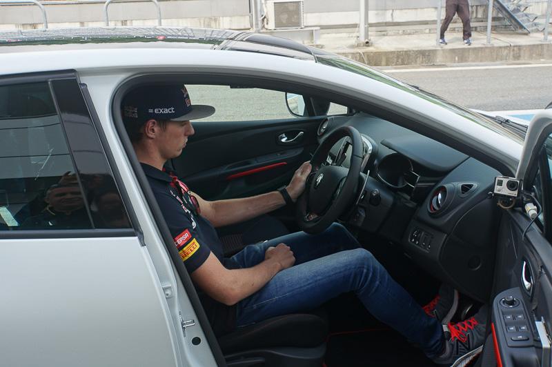 ルーテシア ルノー・スポール トロフィーに乗り込むフェルスタッペン選手