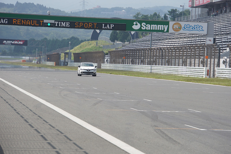 富士スピードウェイのストレートを、ルーテシア ルノー・スポール トロフィーで疾走するフェルスタッペン選手、タイムを示す看板にはRENAULT SPORTの文字が