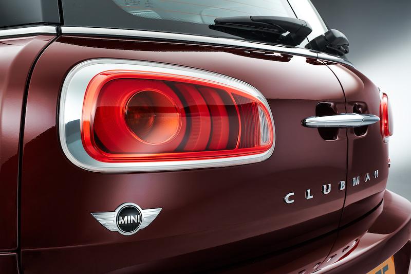 新型MINI クラブマンのボディーサイズは先代モデルから全長が290mm、全幅が115mm拡大され、のびやかで落ち着きのある独特のデザインに仕上げられた