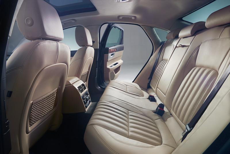 インテリアでは、先代モデルから後部座席のレッグルームを15mm、ニールームを24mm、ヘッドルームを27mmそれぞれ拡大。新開発の10.2インチ静電式タッチスクリーンや12.3インチTFTインストルメント・クラスターなど最新鋭の装備が奢られる
