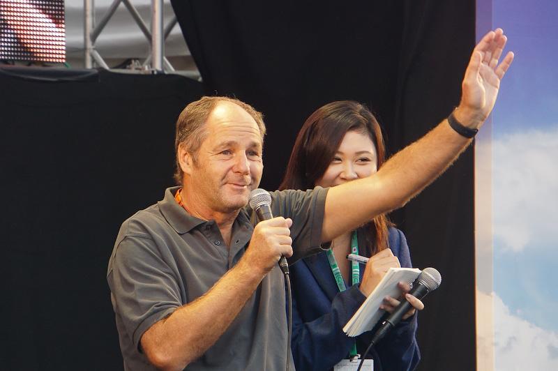 女性ファンに手を上げておどけるベルガー氏