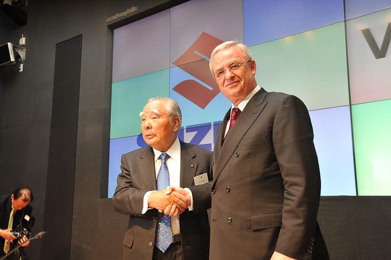 2009年に開催されたスズキとフォルクスワーゲンの提携合意発表会見(写真は当時のスズキの鈴木修会長(左)と独フォルクスワーゲンのマルティン・ヴィンターコルン会長)