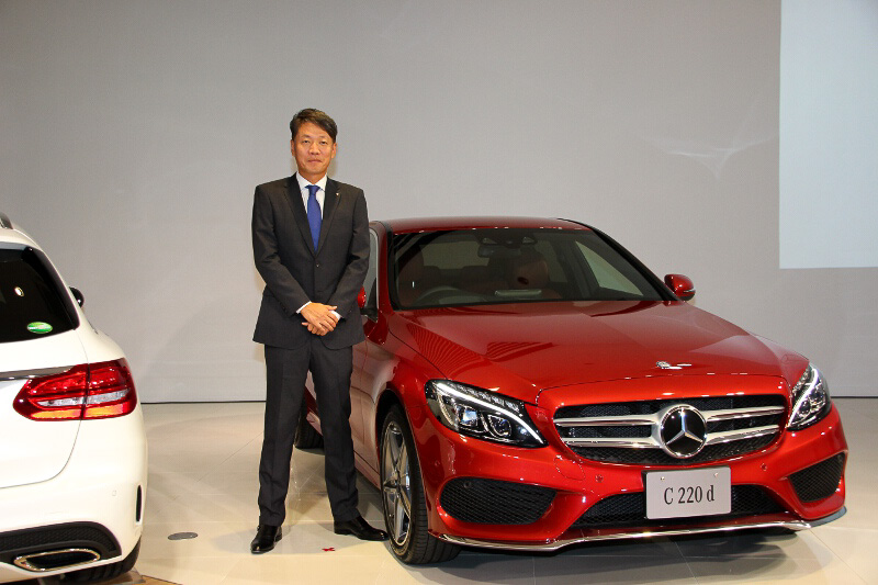 C 220 dの前に立つ、メルセデス・ベンツ日本 代表取締役社長兼CEOの上野金太郎氏