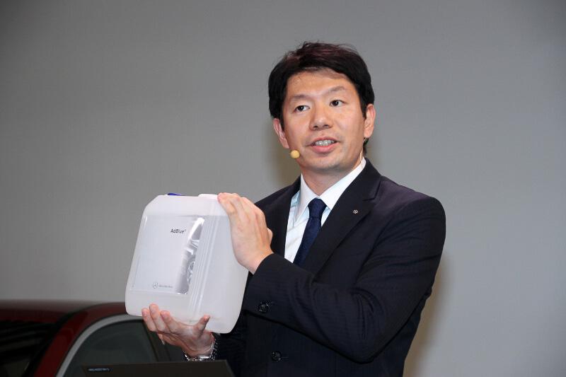 AdBlueを手にするメルセデス・ベンツ日本 商品企画部 商品企画1課マネージャー 木下潤一氏