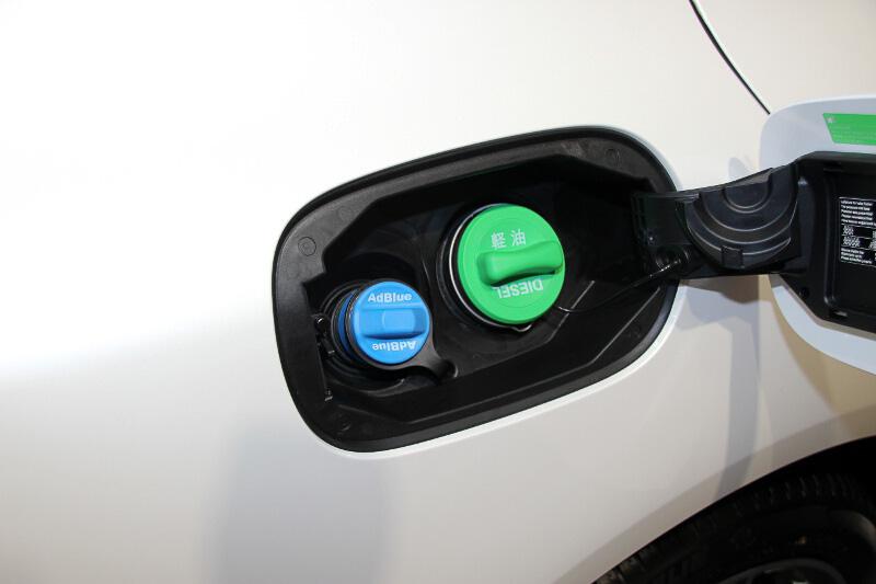 尿素水溶液「AdBlue(アドブルー)」は燃料と同じところ、ブルーのキャップを外して補充。燃料はグリーンのキャップだ
