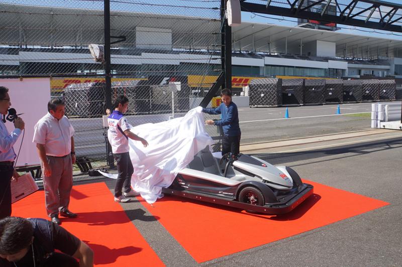 2選手により新アトラクション車両がアンベール
