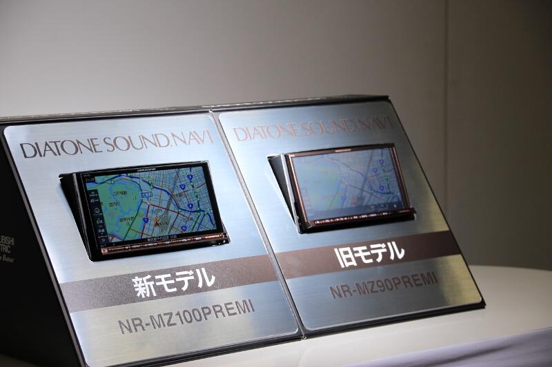 液晶画面の反射具合を比較。左が新製品で右が従来製品。昼間の画面の見やすさに大きな違いが認められる