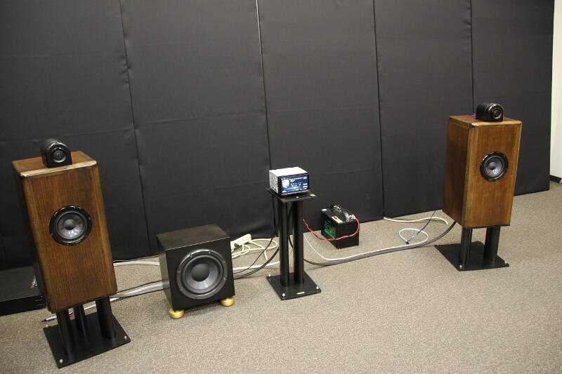 NR-MZ100PREMIを同社のスピーカーと組み合わせて視聴する製品デモ
