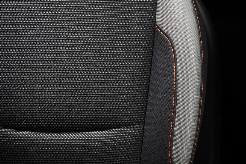 XVのシートはオレンジのステッチを採用