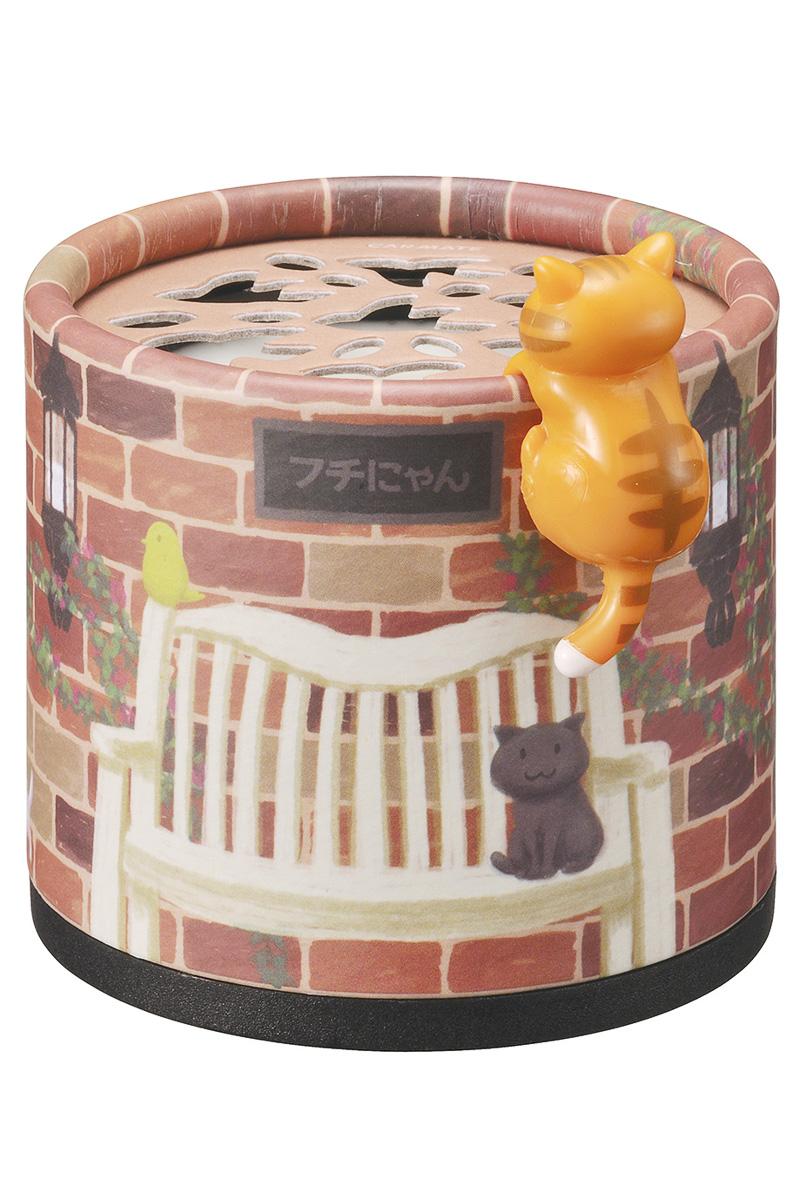 「レンガ塀にのぼるチャトラフチにゃん」デザインは「ここちよいベリー」の香り