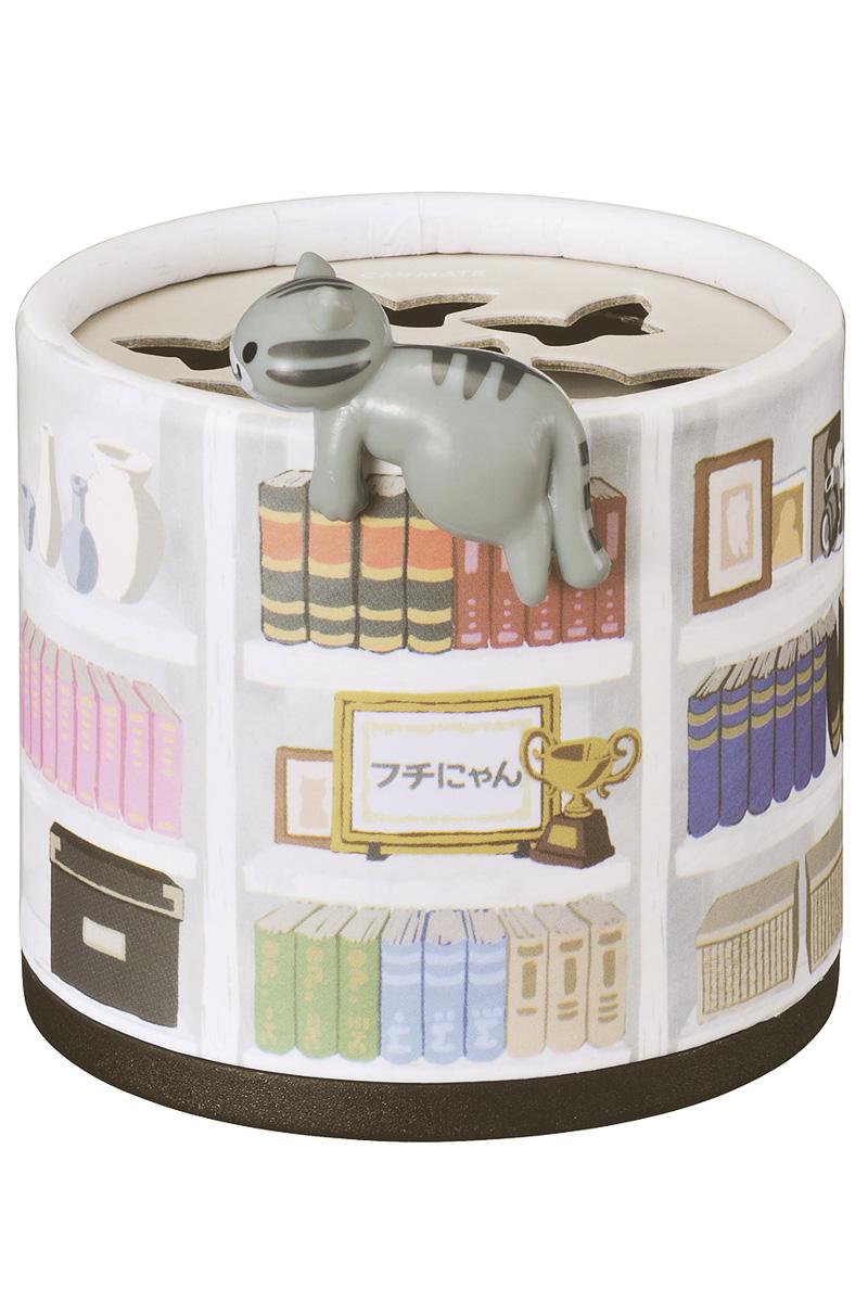 「本棚でくつろぐサバトラフチにゃん」デザインは「おちついたフローラル」の香り