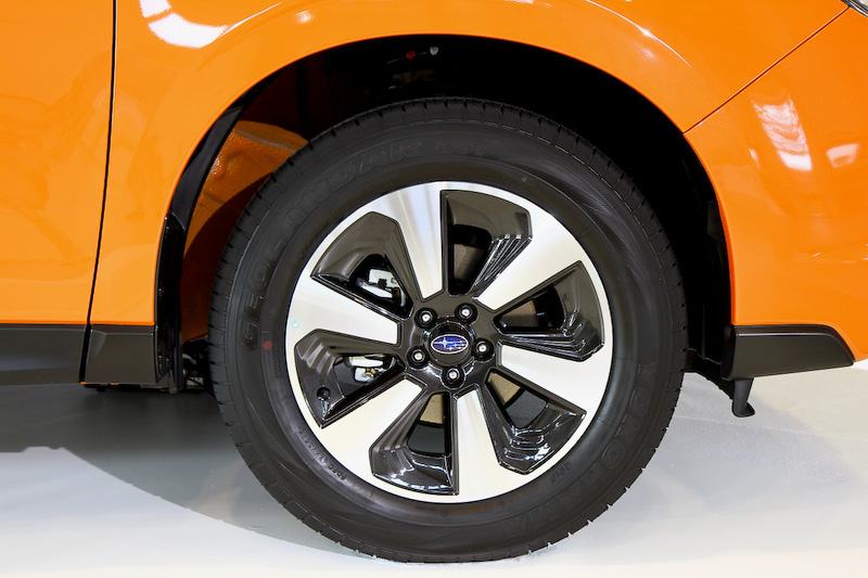 新型フォレスター。フロントバンパーやヘッドライト、テールレンズなどの意匠変更が行われるとともに、自然吸気エンジンの燃費性能を向上。CVT車のJC08モード燃費は従来の15.2km/Lから16.0km/Lに進化した。そのほかリニアトロニックCVTの改良も行われ、走行中の静粛性を向上させるとともに、ターボエンジンモデルではオートステップ制御を採用している。価格は214万9200円~312万8760円