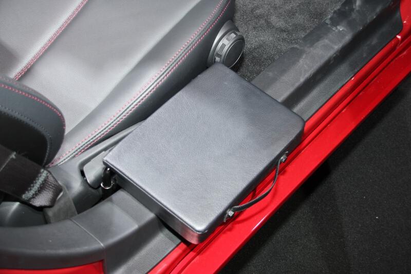乗降用補助シートは乗り降りするときに一時的に腰を乗せ、横にスライドするように着座する