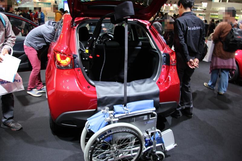 ラゲッジスペースには車いすのリフトを備える