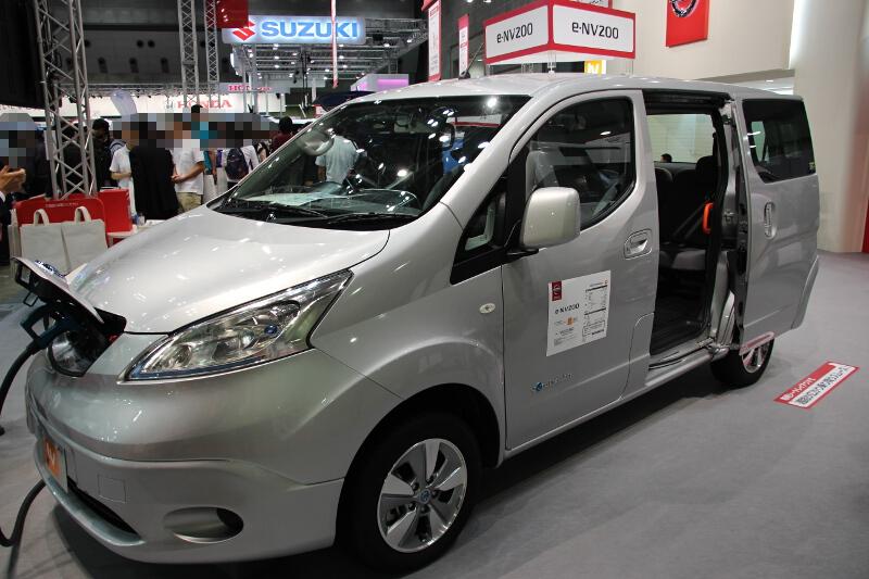 e-NV200の送迎車仕様。車内では2列目シートを変更し、3列目の乗り降りをしやすくした。手すりなども追加している