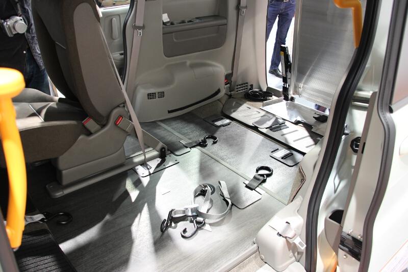 スロープを使って車両後方から乗車。車いす2台が固定可能になっている