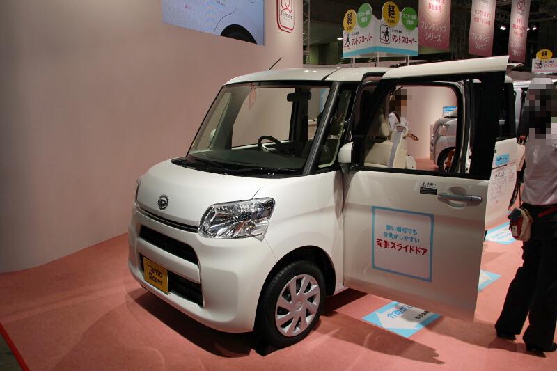 タントの車いす乗車車両となる「タント スローパー」。内外装のデザインが異なるカスタム(左)と通常モデル(中央)のどちらでも選べる