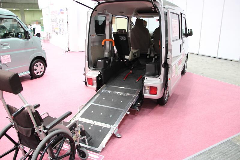 エブリイ、エブリイワゴンとも車いす1台を車載しても後席に1名乗車が可能で、車いす利用時でも4名乗車が可能となっている