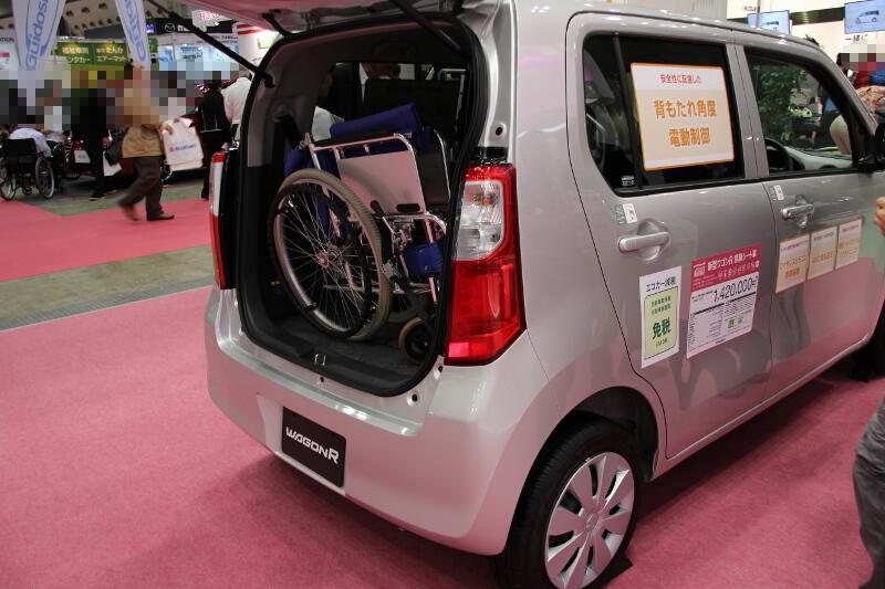 リアのラゲッジスペースに、車いすの積載に便利な専用のベルトやフックなどを備える