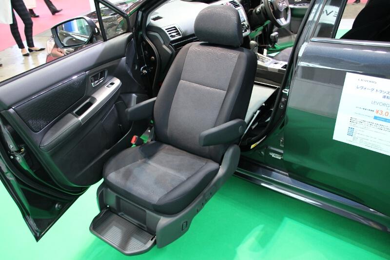 助手席は回転シート仕様。スバルにおける呼称は「ウイングシート」