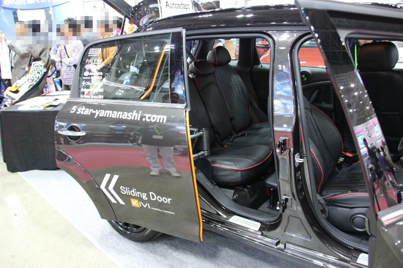 MINI クロスオーバーのリアドアはスライドドア化している。構造は車内側で完結しており、ドアを閉めると通常モデルと見た目では区別が付かない
