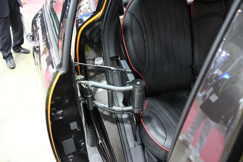 スライドドアの仕組み。厳密にはスライドではないが、ドアが前後に動いて狭い場所でも開口部を広くとることができる。後付機構なので、クルマを買い替えたときに次の車両に載せ替えることも可能だという