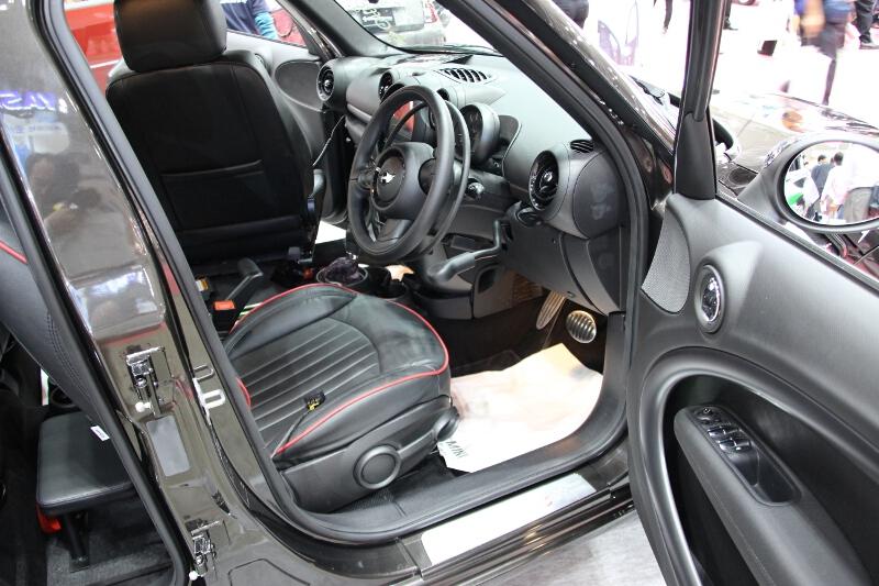 MINI クロスオーバーは運転補助装置も装着。ステアリングホイールに追加したリングやレバーでなどコントロールする方式