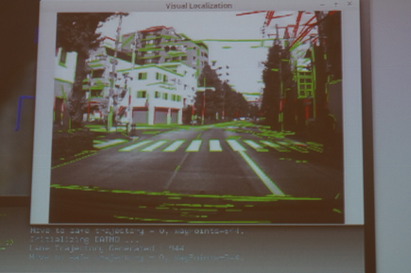 自動運転車の開発に必要な特徴点抽出による自己位置推定例。建物のエッジや道路の白線などが抽出されており、地図と組み合わせることで、位置が推定できる
