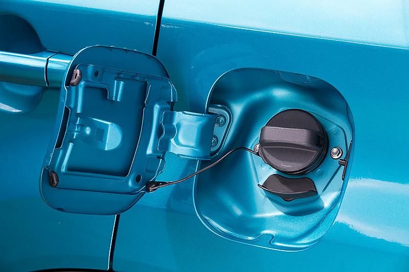 使用ガソリンは無鉛レギュラー。タンク容量は47L