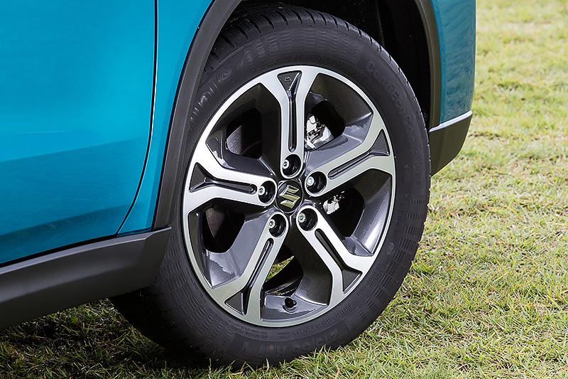 タイヤはコンチネンタルのContiEcoContact。サイズは215/55 R17。アルミホイールは標準