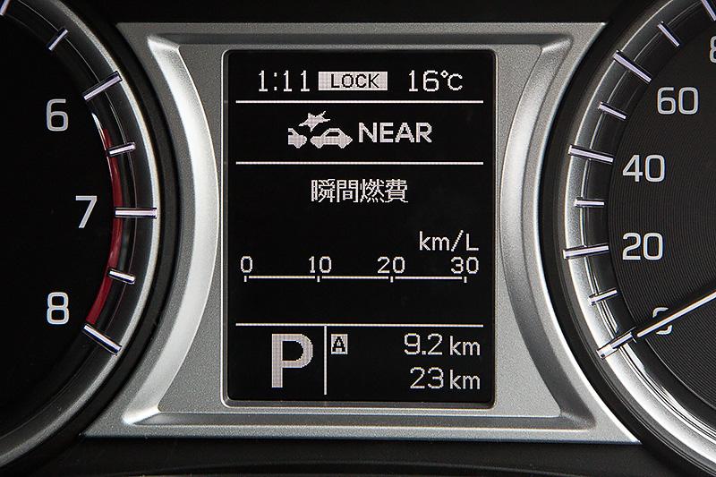 マルチインフォメーションディスプレイには瞬間燃費のほか、平均燃費、航続可能距離などを表示できる。また、上部にはACCやRBSIIの設定も表示可能
