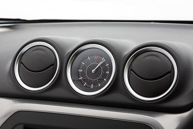 インパネ中央に2つのエアコン吹き出し口を用意。中央には大きく見やすいアナログ時計を配置