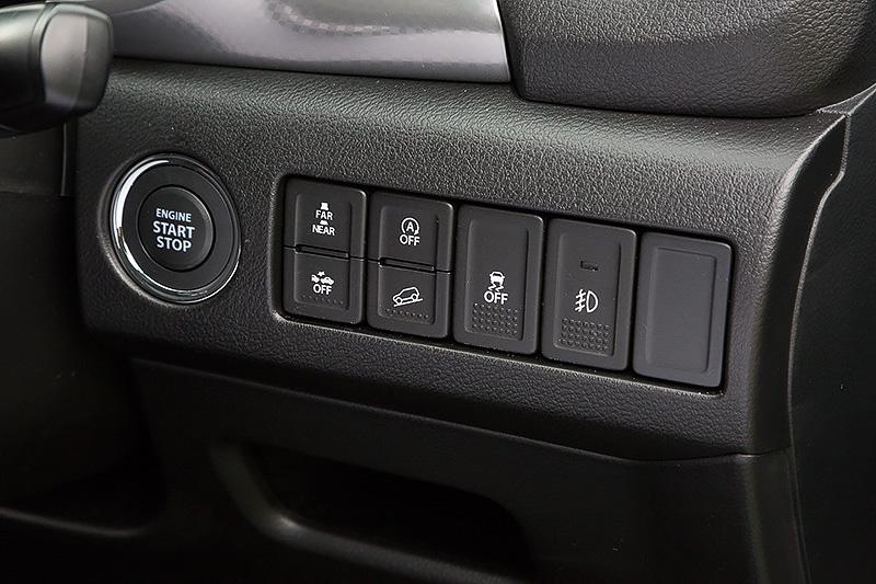 ステアリングコラム右側にスターターや安全装備系のスイッチが並ぶ