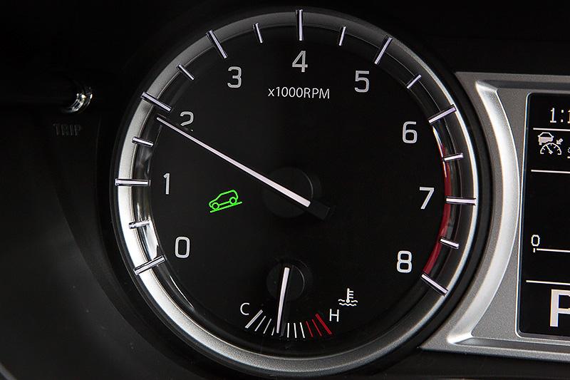 4WD車のみ装備するヒルディセントコントロールON時、はスピードメーター内にインジケーターが点灯。同機能を使うと、LOCKモード時にブレーキ操作をしなくても約10km/hで降坂が可能