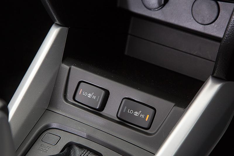 4WD車にはHI/LO切替式のシートヒーターが標準装備となる