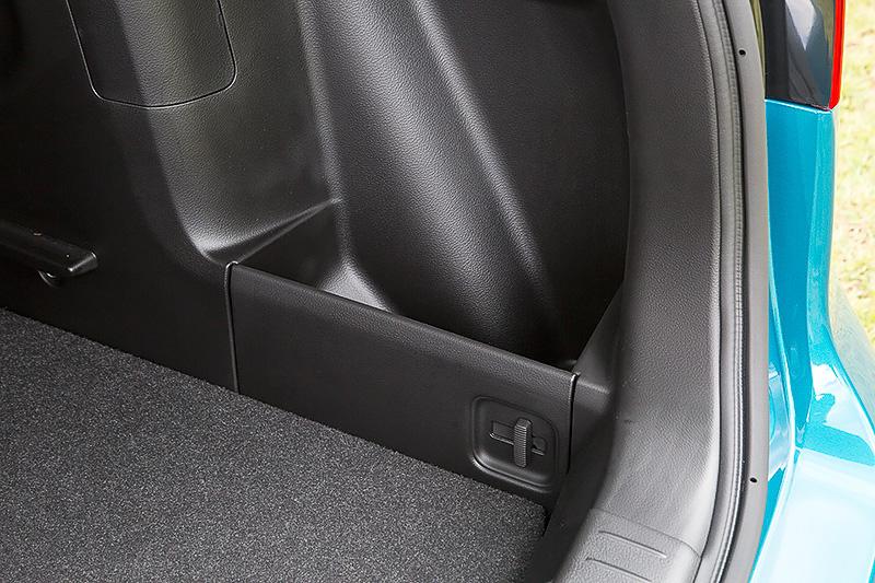 タイヤハウス後方に小物の整理に便利なスペースを用意